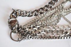 Silberne Halskette des Schädels Stockfotografie