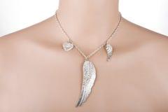 Silberne Halskette mit Engelsflügel und -herzen Stockbild