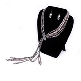 Silberne Halskette und Ohrringe Stockbilder