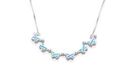 Silberne Halskette verziert durch Türkis in der islamischen Symbolform Stockfotografie