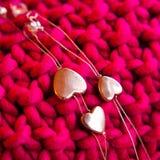 Silberne Herzen auf rosa Hintergrund Stockfoto