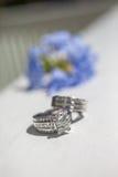 Silberne Hochzeits-Ringe Stockfotos