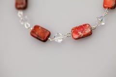 Silberne Juwelen mit bunten Edelsteinen Lizenzfreies Stockfoto