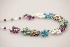 Silberne Juwelen mit bunten Edelsteinen Stockbild