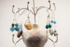 Silberne Juwelen mit bunten Edelsteinen Lizenzfreie Stockfotos