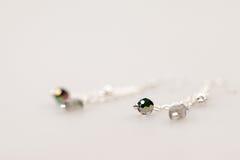 Silberne Juwelen mit bunten Edelsteinen Stockbilder