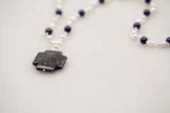 Silberne Juwelen mit bunten Edelsteinen Stockfotografie