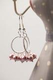 Silberne Juwelen mit bunten Edelsteinen Stockfoto