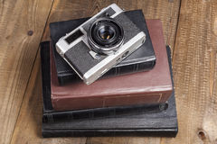 Silberne Kamera auf Büchern Lizenzfreie Stockfotos