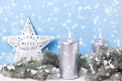 Silberne Kerzen, Niederlassungspelzbaum und Weiß spielt gegen Blaues die Hauptrolle Stockfotos