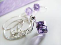 Silberne Kette mit lila Anhänger Lizenzfreie Stockbilder