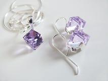 Silberne Kette mit lila Anhänger und Ohrringen Stockbilder