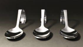 Silberne Löffel Elegante silberne Löffel in Folge Stockfotografie