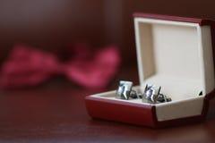 Silberne Manschettenknöpfe im Kasten Stockfoto