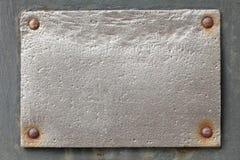 Silberne Metallplatte auf grauem Hintergrund Lizenzfreie Stockbilder