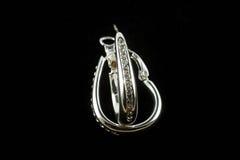 Silberne Ohrringe mit Kristallen Stockbilder