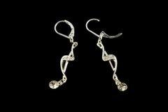 Silberne Ohrringe mit Kristallen Lizenzfreie Stockbilder