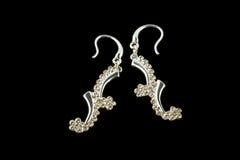 Silberne Ohrringe mit Kristallen Stockfotos