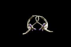 Silberne Ohrringe mit Kristallen Stockfoto