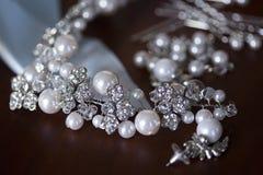 Silberne Perlenhalskette und Ohrringe, blaues Band Stockfotos