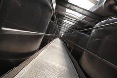 Silberne Prozessbehälter in der modernen Anlage Stockbilder
