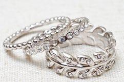 Silberne Ringe mit Kristallen in der Anordnung Stockbilder