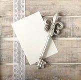 Silberne Schlüsseltagebuchgrußkarte lizenzfreies stockfoto