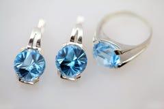 Silberne Schmucksachen mit blauem Topaz Stockbilder