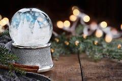 Silberne Schnee-Kugel mit Miniaturbäumen der weißen Weihnacht Lizenzfreie Stockfotos