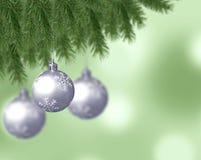 Silberne Schneeflockenweihnachtsbälle mit abstrakten bokeh Hintergrund- und Kiefernniederlassungen vektor abbildung