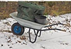 silberne Schubkarre im Schnee lizenzfreie stockbilder