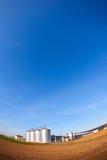 Silberne Silos mit blauem Himmel Stockbild