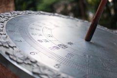 Silberne Sonnenuhr Schön, glänzend im Park Lizenzfreie Stockfotos
