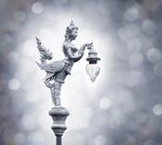 Silberne Statue des Engelsgriffs die Lampe auf dem bokeh Hintergrund Stockfotos