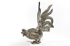 Silberne Statue des jungen Hahns auf weißem Hintergrund Lizenzfreie Stockfotografie
