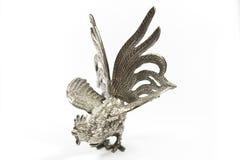 Silberne Statue des jungen Hahns auf weißem Hintergrund Lizenzfreies Stockbild