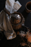 Silberne Teekanne und Trockenblumen lizenzfreie stockfotos