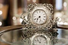 Silberne Uhr auf dem Hintergrund bokeh Stockfoto