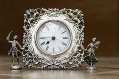 Silberne Uhr auf dem Hintergrund bokeh Stockfotos