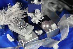 Silberne und blaue Geschenkanordnung Stockfotografie