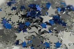 Silberne und blaue Sterne und silberner Schneeflockenhintergrund Stockfotos