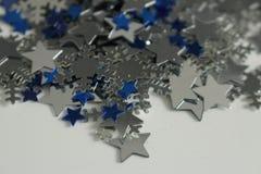 Silberne und blaue Sterne und silberner Schneeflockenhintergrund Lizenzfreie Stockfotos