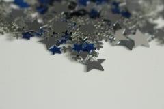 Silberne und blaue Sterne und silberner Schneeflockenhintergrund Lizenzfreie Stockbilder