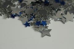 Silberne und blaue Sterne und silberner Schneeflockenhintergrund Lizenzfreies Stockfoto