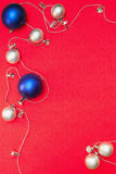 Silberne und blaue Weihnachtskugeln Stockfotografie