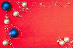 Silberne und blaue Weihnachtskugeln Lizenzfreies Stockbild