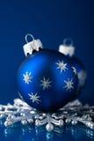 Silberne und blaue Weihnachtsverzierungen auf dunkelblauem Hintergrund mit Raum für Text Lizenzfreie Stockfotos