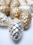Silberne und goldene Tannenzapfen Stockbild