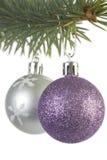 Silberne und purpurrote Weihnachtsdekorationen Stockfoto