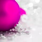 Silberne und purpurrote Weihnachtsverzierungen auf hellem Feiertagshintergrund Stockbilder